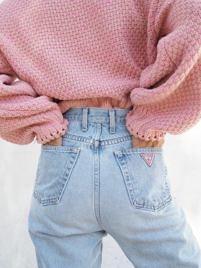 style des années 80 avec pull rose dans un jean en denim clair avec la coupe pantalon typique des 80