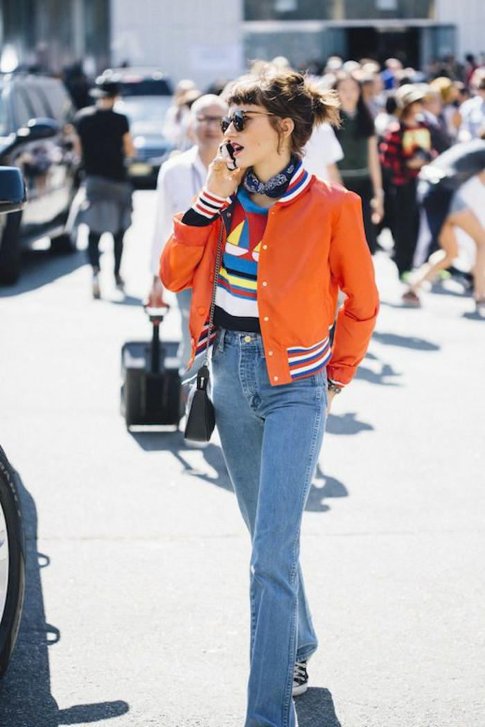 look années 80 perfecto orange et jean en denim clair grandes lunettes de soleil forme ronde