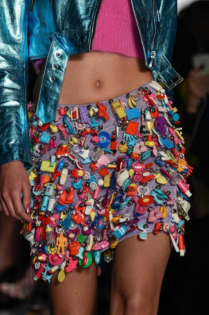 mode des années 80 look années disco avec des jouets en plastique les symboles des années Flashdance