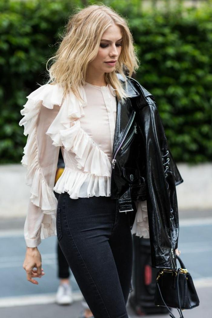 mode des années 80 look avec veste de cuir noire et blouse blanche à grands volants taille fine