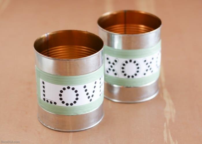 des stickers collés a la boite de conserve avec des indications où trouer avec des lettres, mots amour, xoxo, créer un photophore tuto