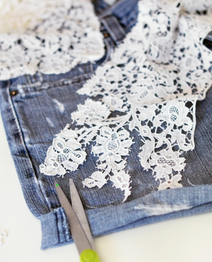 découper un motif en dentelle blanche pour customiser un jean short soi meme, idee personnaliser un vetement