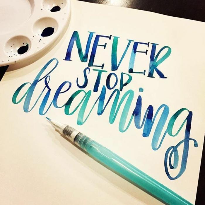 apprendre à réaliser de la calligraphie, couleur bleue, différentes nuances, activité manuelle adulte, temps libre