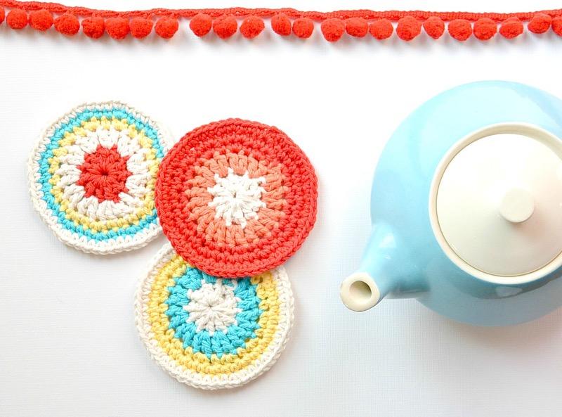 des sous verres mutlicolores rondes, réalisés au crochet, idée activité créative pour adulte, tissage