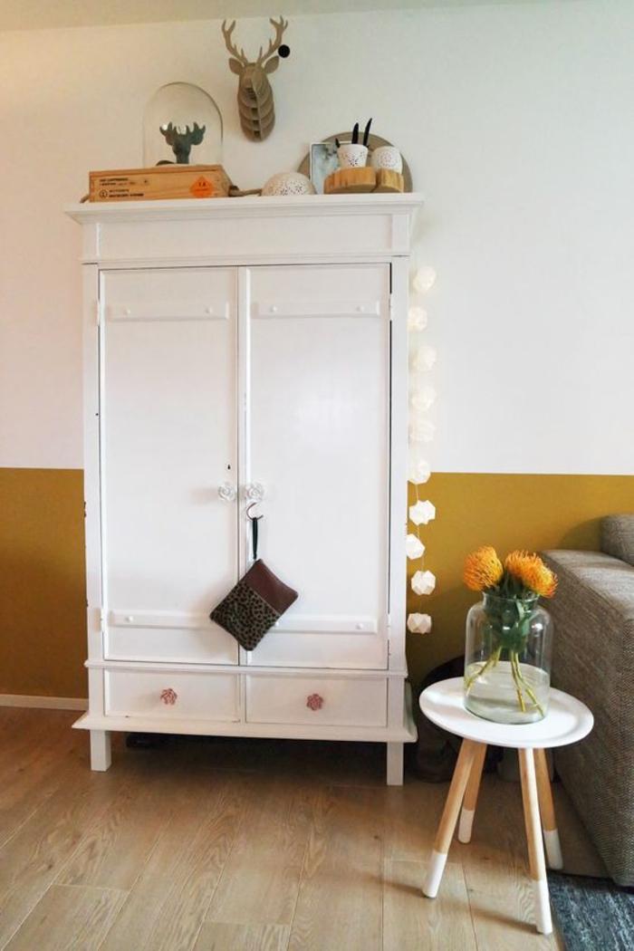 peinture ocre dans un salon d'esprit scandinave, armoire vintage au design scandinave