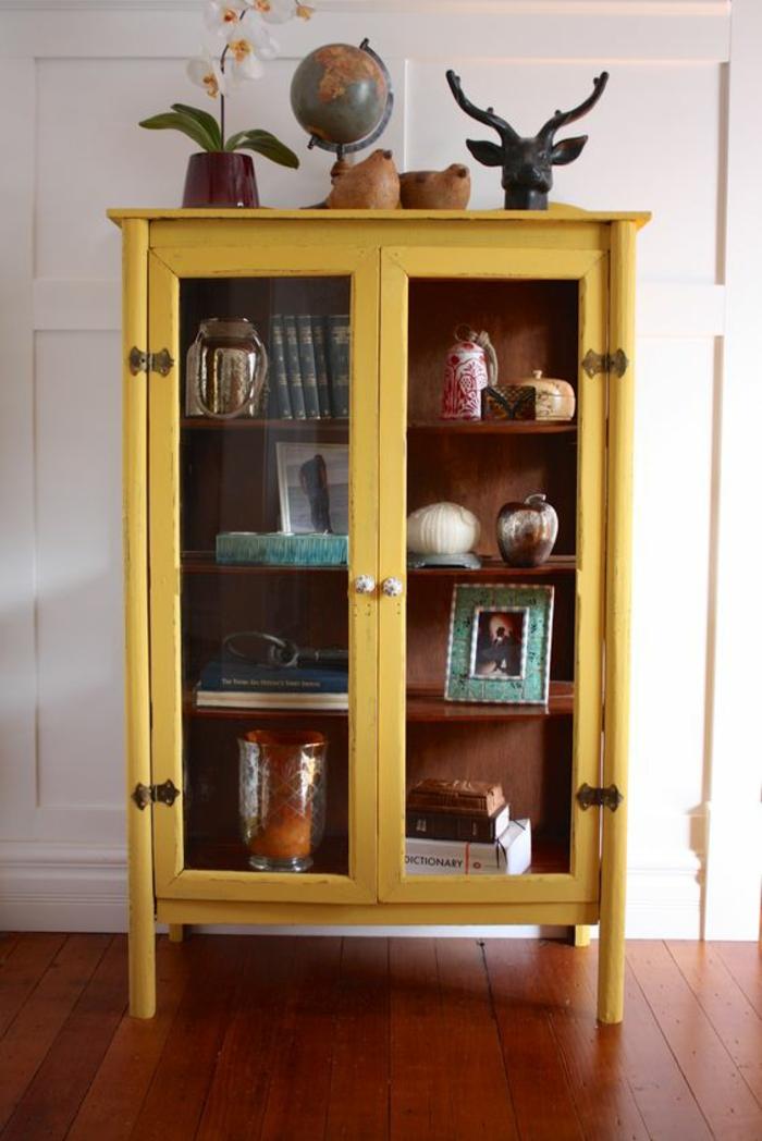 relooker un meuble vintage par quelques coups de peinture ocre, une armoire à vitrine en relookée