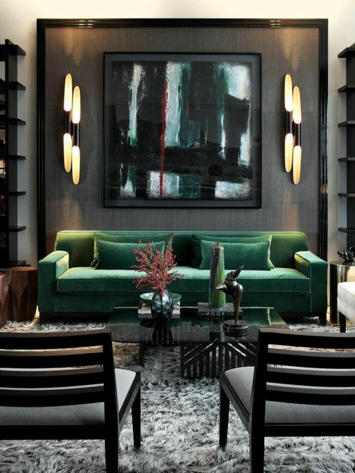 association de couleur avec le gris, appliques murales, sofa vert émeraude, table basse en vert