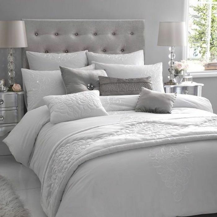 association de couleurs avec le gris, chambre à coucher en gris et blanc, chevets vintage argentés