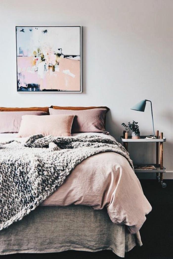 association de couleurs avec le gris, chambre à coucher en gris et rose, plaid tricoté, peinture en couleurs pastels