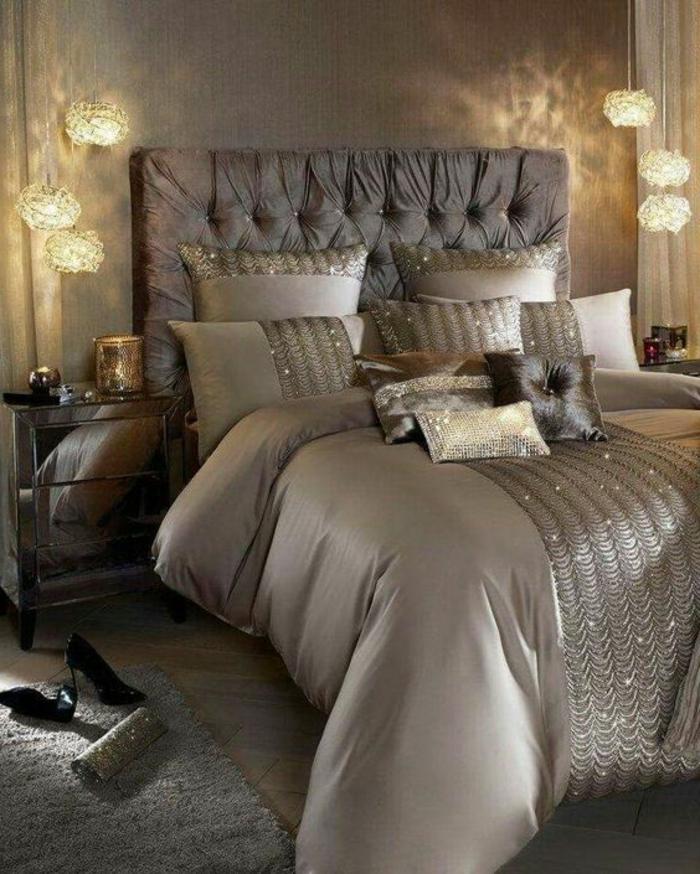 association de couleurs avec le gris, jolies lampes pendantes, coussins déco perlés