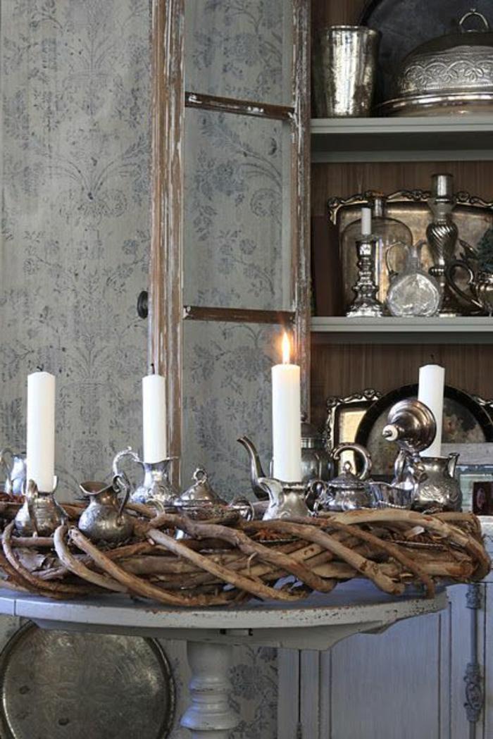 association de couleurs avec le gris, bougies blanches, théières argentées