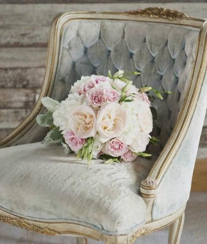association de couleurs avec le gris, fauteuil gris capitonné, bouquet rose