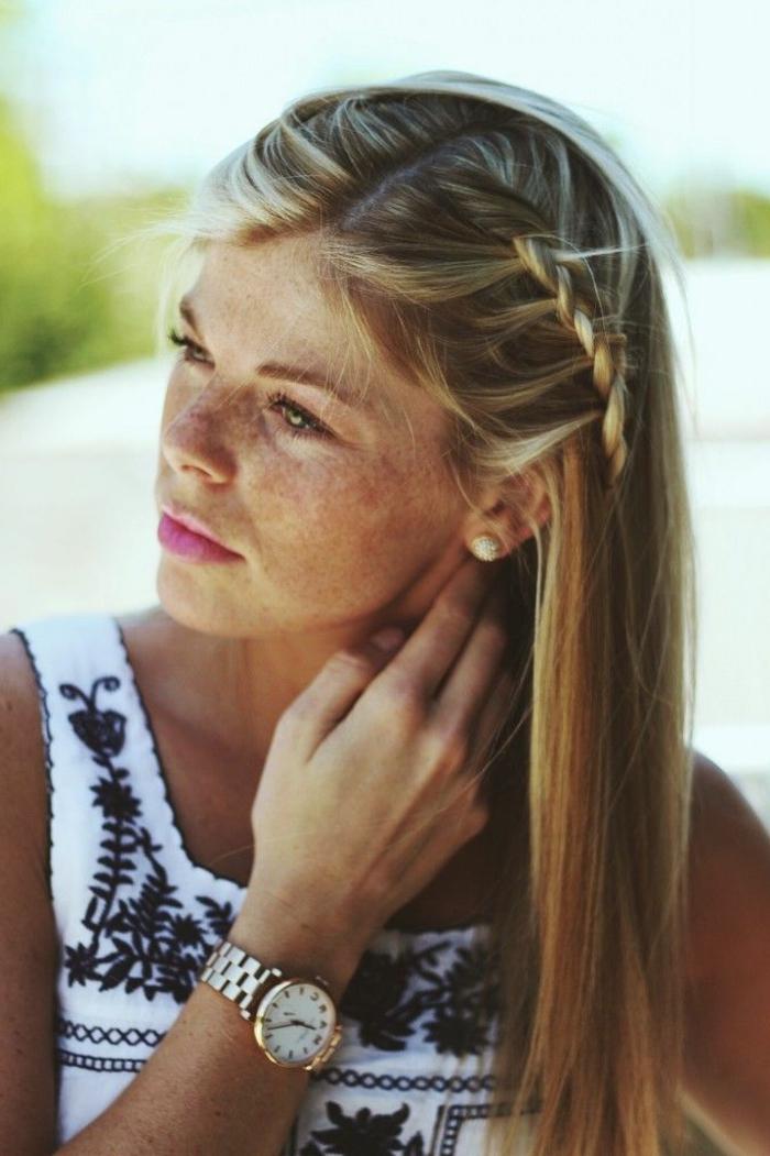 meche blonde, balayage californien, rouge à lèvres rose, cheveux raids, tresse, robe blanche et noire, boucles d'oreilles avec cristaux