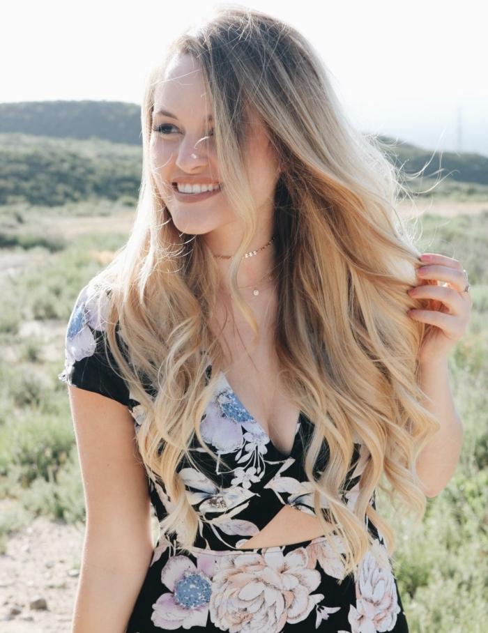 meches blondes, robe noire avec fleurs, collier en or, rouge à lèvres nude mat, couleur blonde, manucure nude