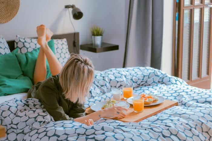 meches blondes, décoration murale en fibre végétale, couleur blonde, couverture de lit en blanc et noir, porte vers le jardin