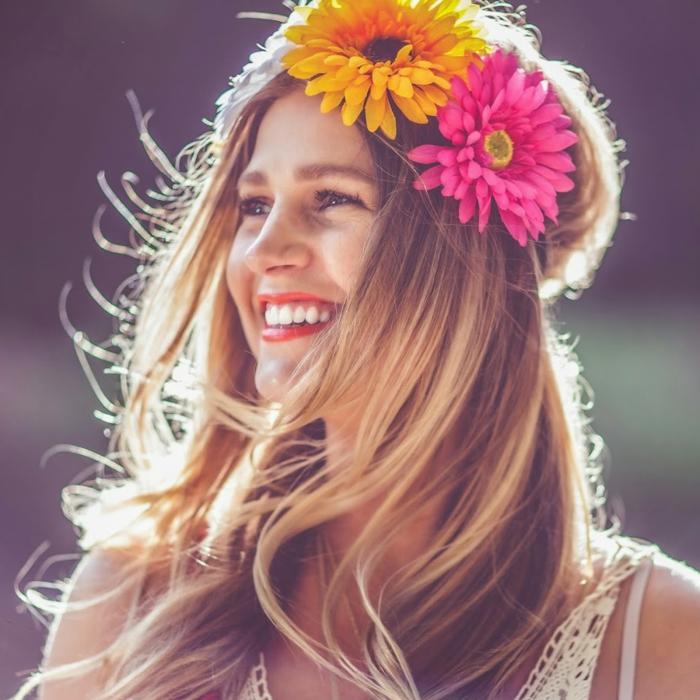 blond foncé, rouge à lèvres, robe blanche, couronne en fleurs, femme souriante, cheveux blond