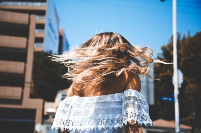 couleur blonde, chemise blanche femme, promenade en ville, cheveux blond, coiffure décontractée