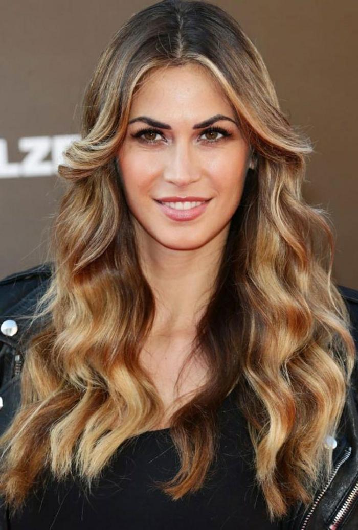 comment adopter la coloration bronde, des cheveux très longs ondulés aux reflets cuivrés