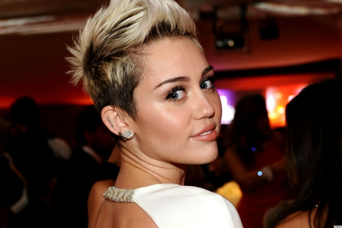 Se tatouer l oreille femme tatouage mignon idée lettres amour Miley Cyrus