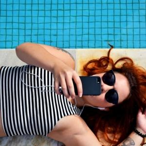 La couleur de cheveux rouge bordeaux