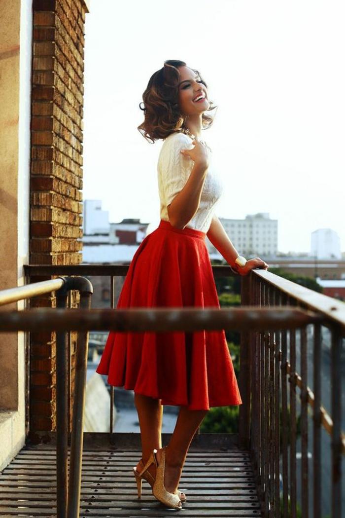 Superbe tenue de ville comment s habiller en rouge jupe trapeze et blanc pull