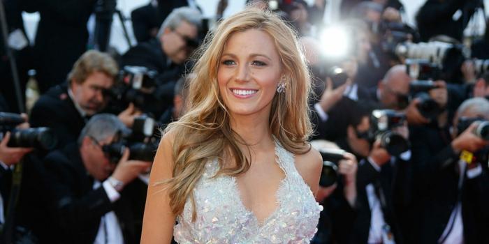 meches blondes, robe blanche avec décolleté en V, Blake Lively, cheveux longs, boucles d'oreilles fleurs