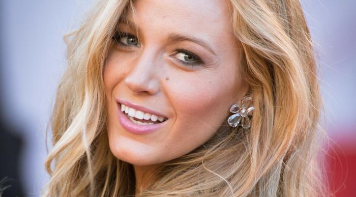cheveux blond, femme souriante, Blake Lively, rouge à lèvres rose, boucles d'oreille fleurs, blond californien