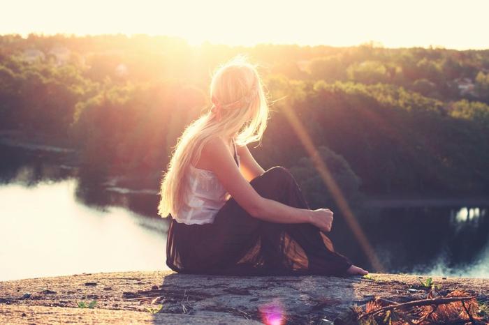 balayage californien, jupe longue noire, cheveux blond, nature, lac, top blanc avec dentelle