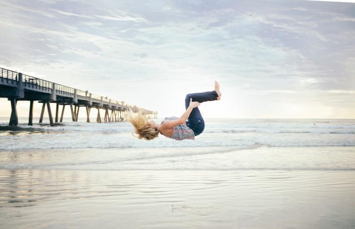 balayage californien, meche blonde, pont sur l'océan, vagues de mer, nuages, ciel, femme, plage, jeans