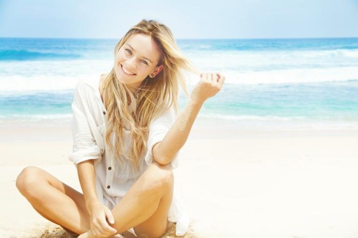 blond californien, balayage blond, cheveux longs raids, femme souriante, chemise blanche, vagues de mer, plage
