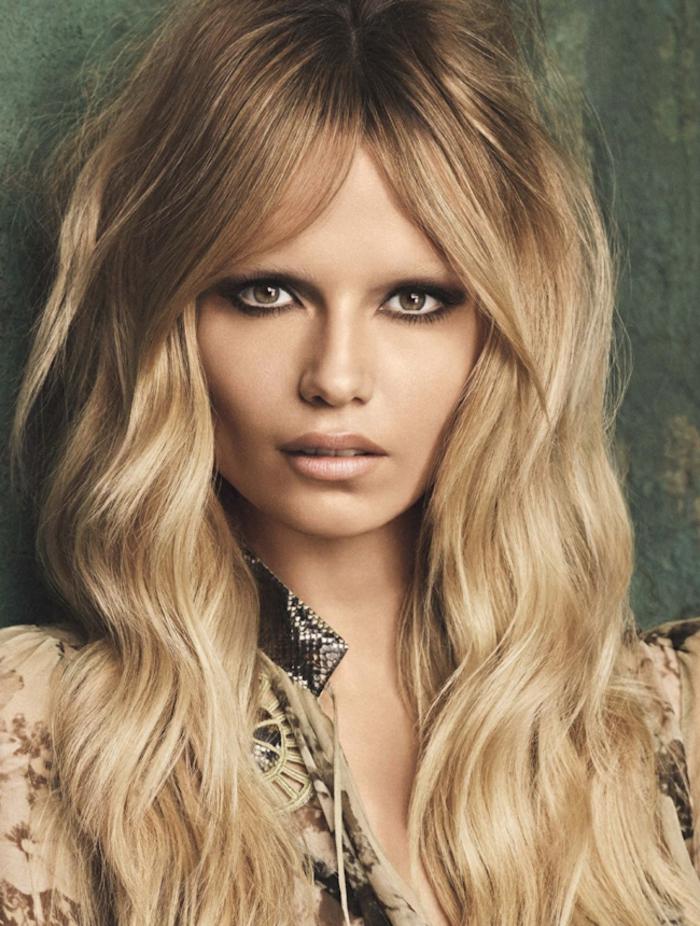 balayage californien, maquillage smoky, rouge à lèvres nude, cheveux longs, racines brunes, blouse beige