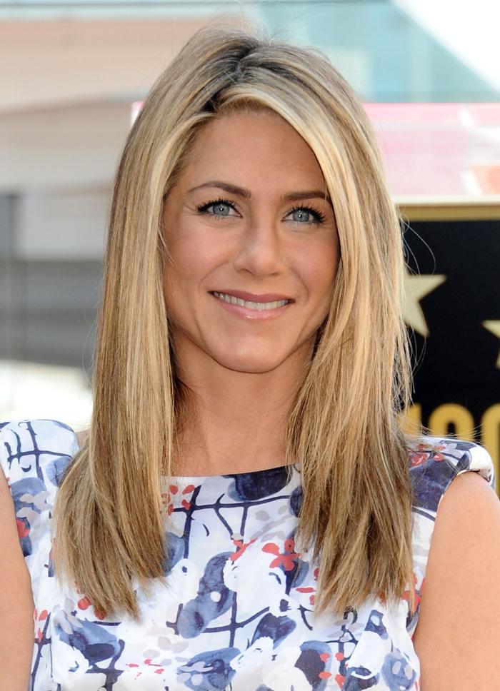 couleur blonde, robe blanche avec fleurs, cheveux raids, Jennifer Aniston, blond californien, blond doré