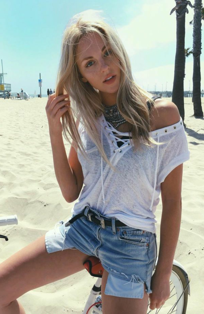balayage californien, plage, fille, collier ethnique, ceinture noire, shorts en denim, meche blonde