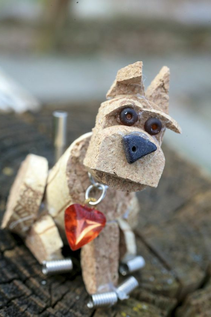 bouchon de liège, sculpture avec un pendentif coeur, nez et yeux