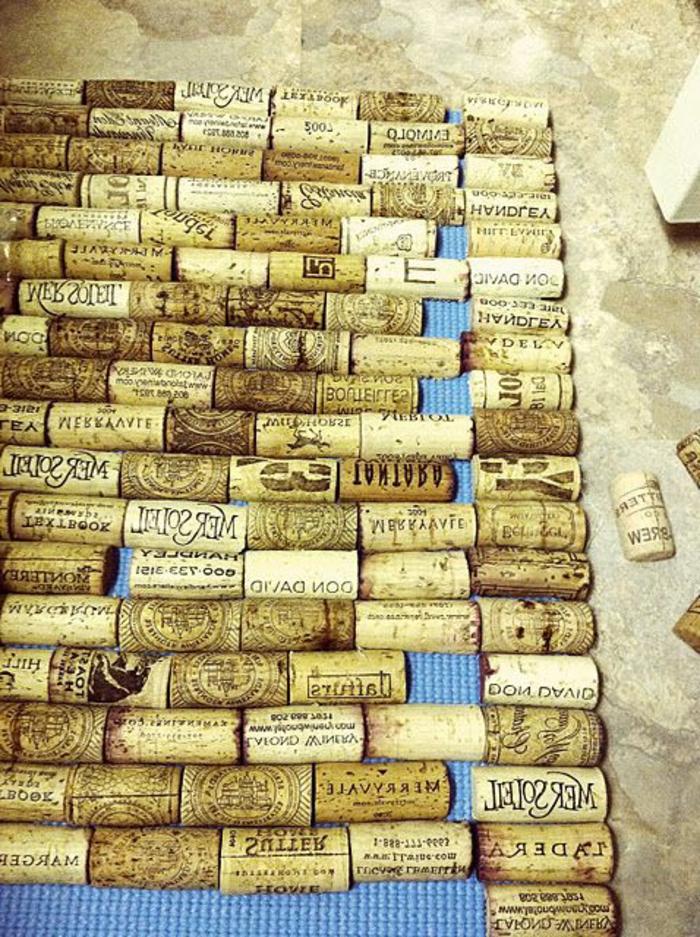bouchon de liege decoration, tapis de liège à bricoler avec des bouchons coupés en deux