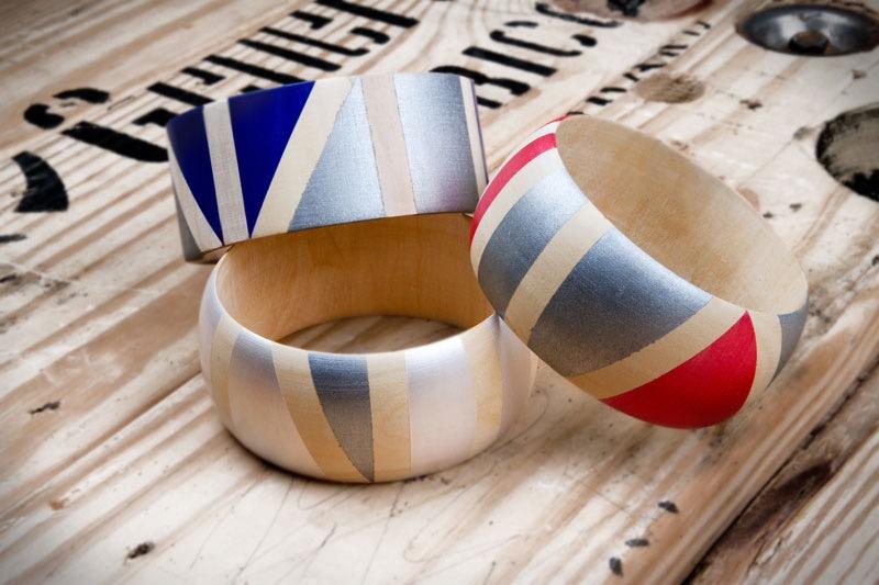 des bracelets en bois, décorés de motifs géométriques colorés, idée acitivé créatve pour adultes, bijou diy a faire soi meme, quoi faire quand on s ennuie
