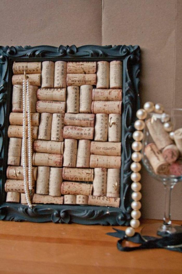 bricolage avec bouchon de liège, paneau décoratif avec bouchons de liège