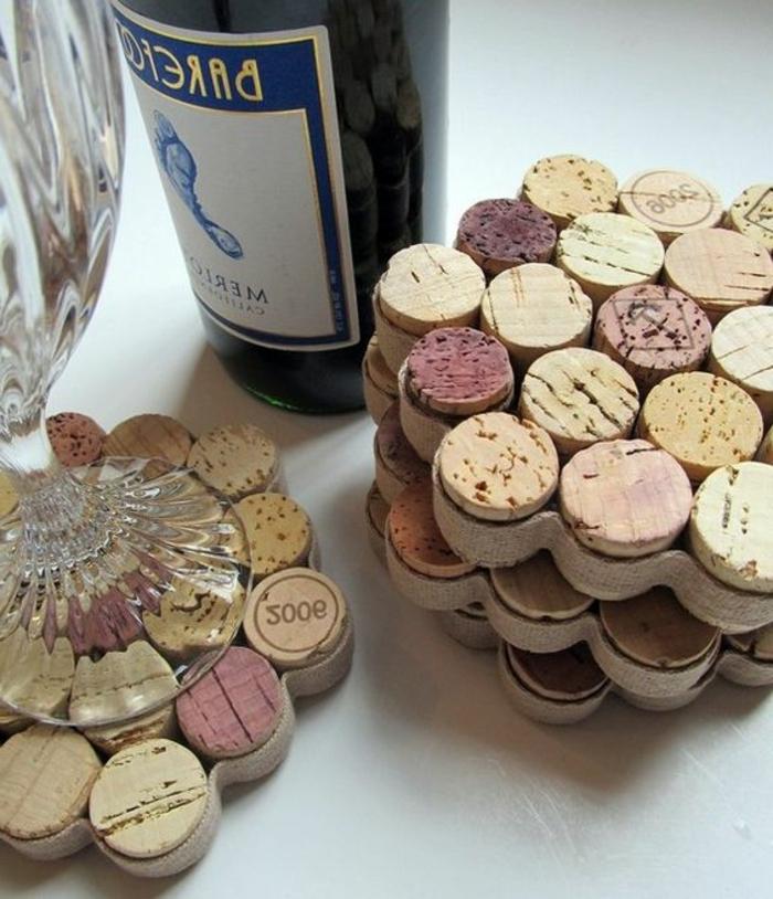 bricolage avec bouchon de liège, tapis-de-tasse-ou-de-bouteille-avec-bouchons-et-ruban-adhésif