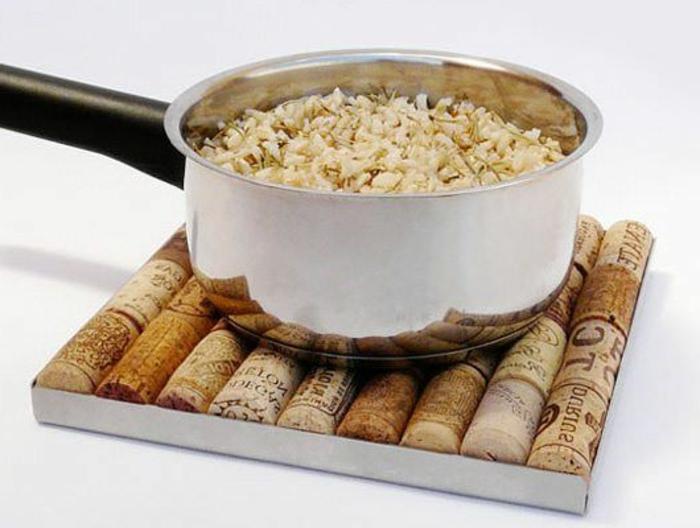 bricolage avec bouchon de liège, trivet diy facilen design carré, accessoires de cuisne