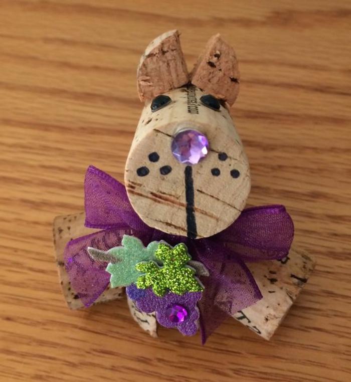 bricolage avec bouchon de liège, bricolage de chien en liège avec ruban lilas