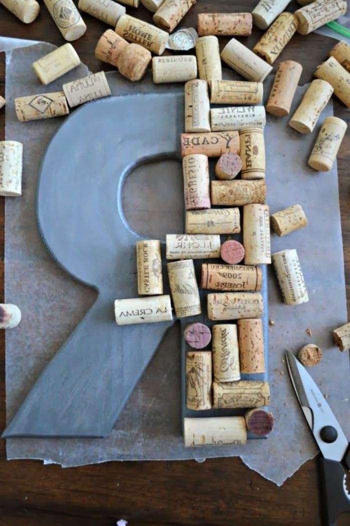 bricolage avec bouchon de liège, création de lettre décorative à partir de bouchons