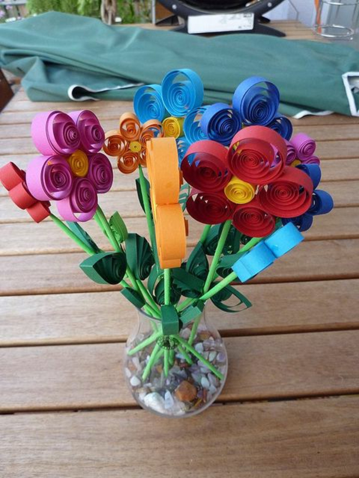 cadeau pour la fête des mères, bouquet de fleurs en papier quilling mis dans un vase