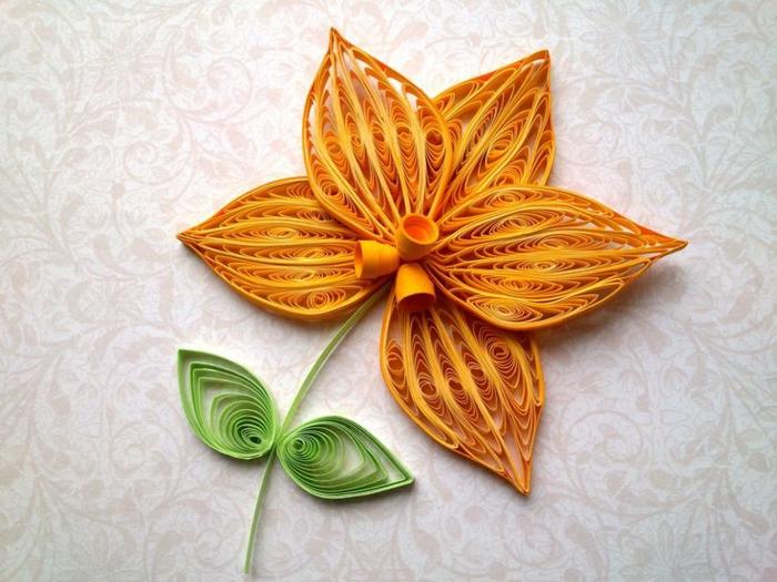 bricolage fête des mères, une fleur en papier quilling orange, tige, fleur et deux feuilles