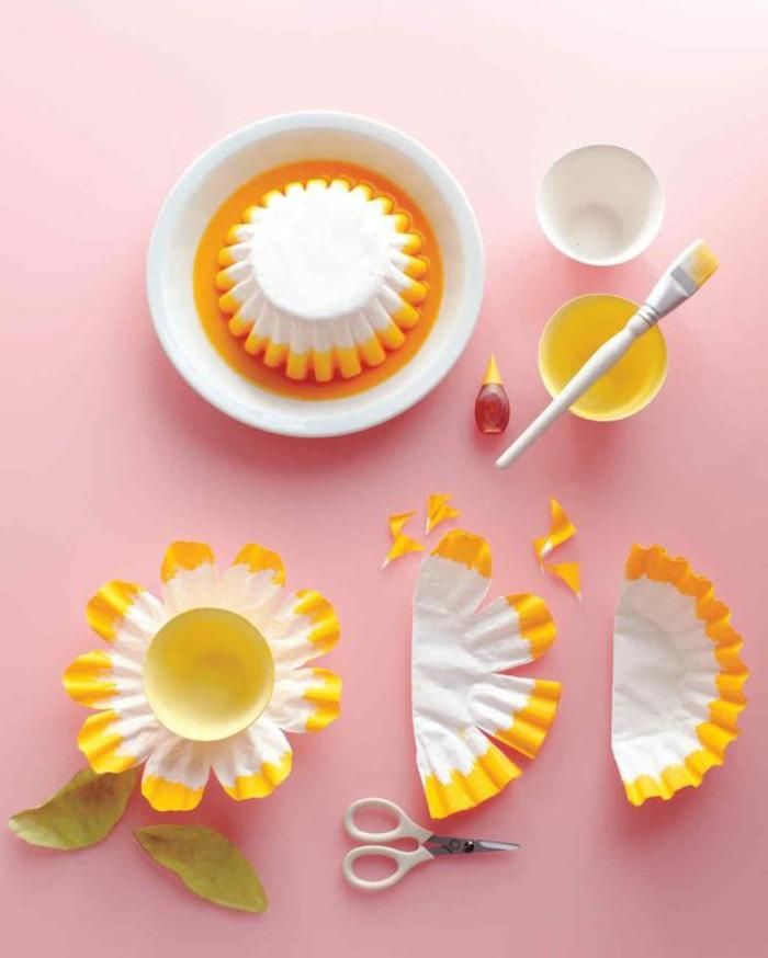 bricolage fête des mères, fleur avec une moule à cupcake trempé dans peinture jaune