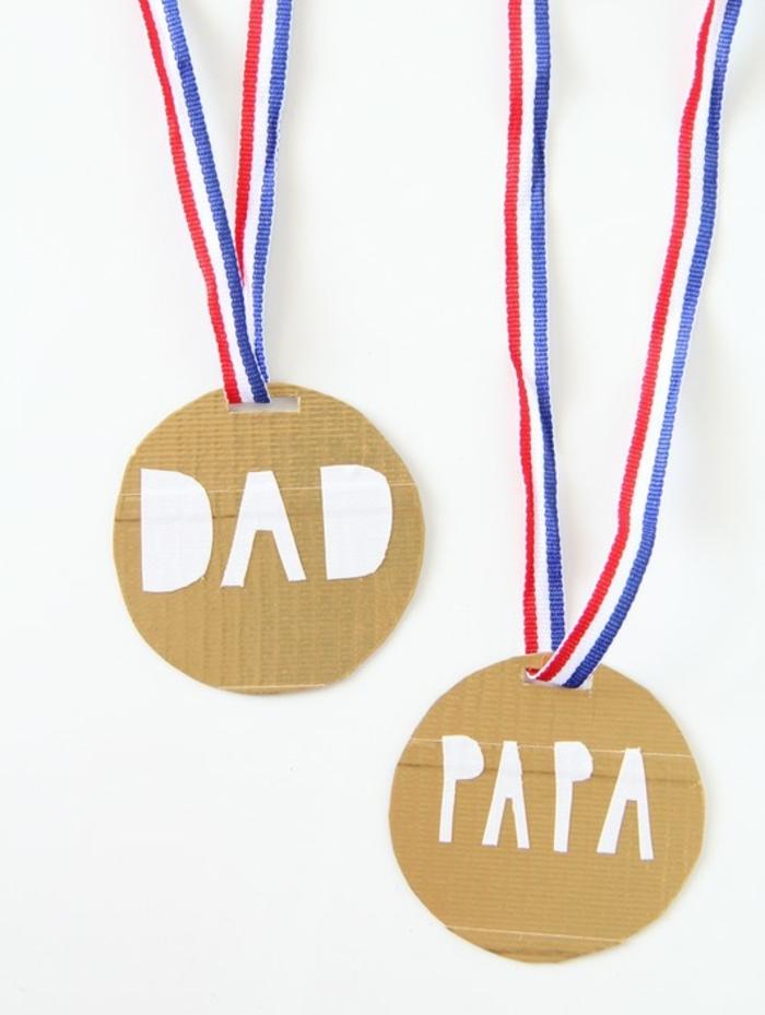 cadeau fete des peres a faire soi meme, idée médaille meilleur papa en carton et bande tricolore, bricolage enfant, activité manuelle maternelle facile