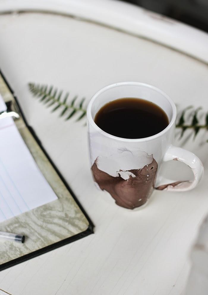 idée cadeau fête des pères à fabriquer facilement, mug customisé, mélange eau et vernis à ongles, cadeau anniversaire papa