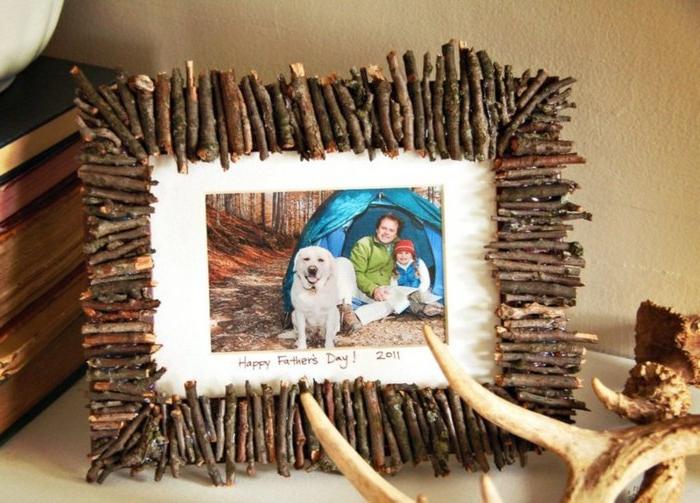 cadre photos rustique, customisé avec des petits bâtons en bois, photo pere fils journée en plein air, chien, cadeau fete des peres diy