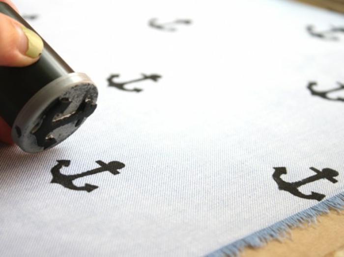 tamponner le tissu de motifs d ancre noir, idée de cadeau fête des pères à fabriquer, pochette de costume mouchoir personnalisé