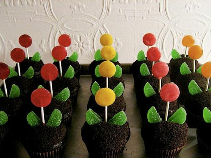 cadeau fete des mere, cadeau délicieux, cupcakes avec bonbons colorés