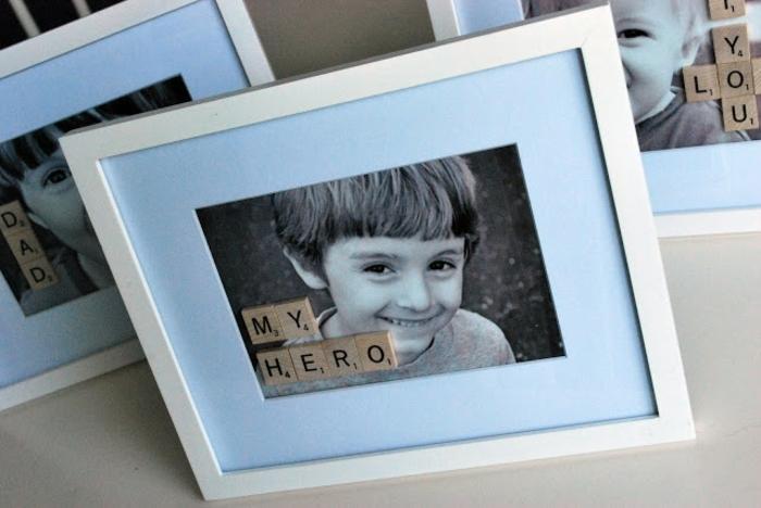 cadeau fête des pères à fabriquer, comment customiser un cadre photo, lettres scarabble, photo enfant garcon, messages personnalisés